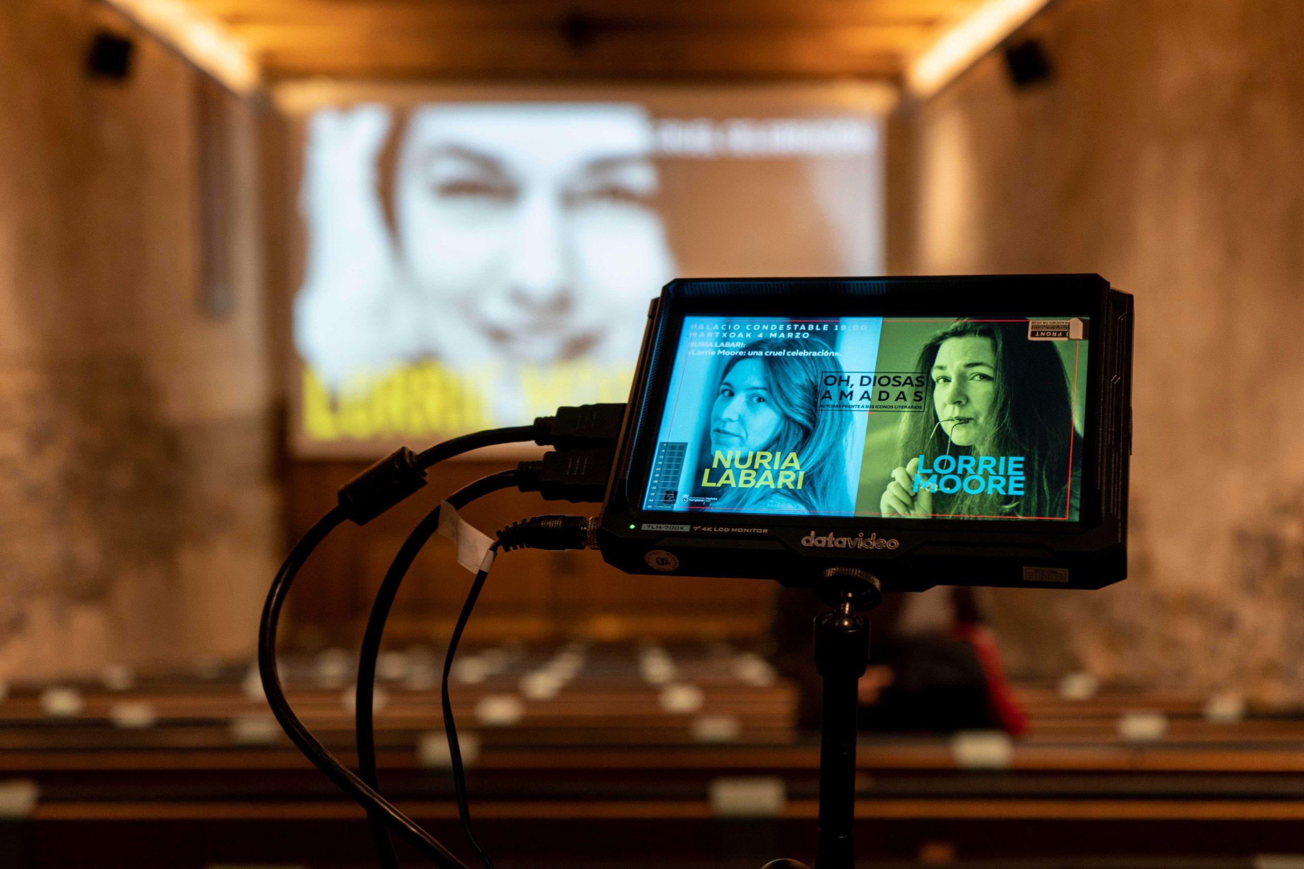 Monitor de cámara con proyección de fondo de Lorrie Moore antes de la conferencia de Nuria Labari durante el ciclo Oh , diosas amadas.