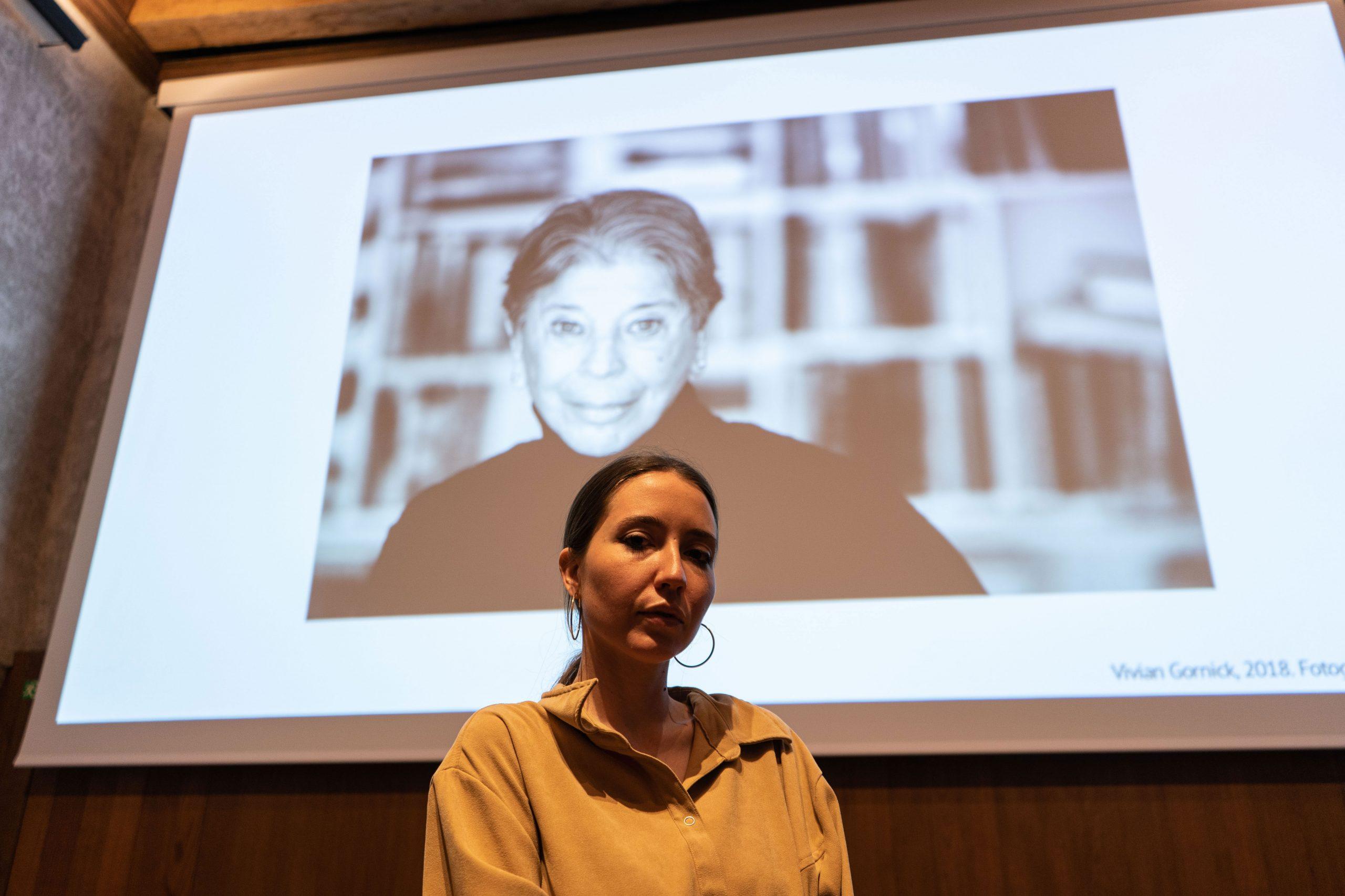 Anna Pacheco con la imagen proyectada de Vivian Gornick.