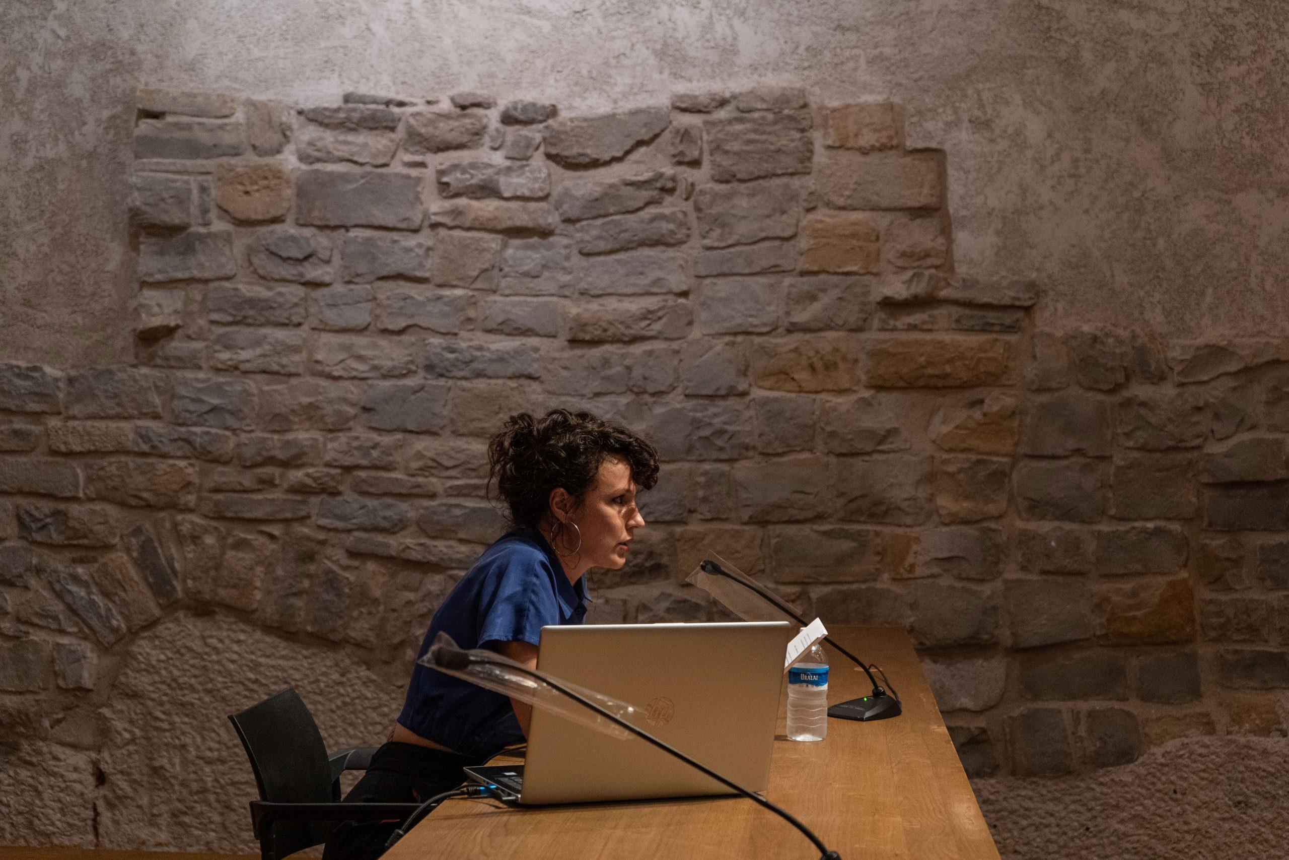 Sabina URraca de perfil en la conferencia de Lydia Davis en el ciclo Oh diosas del Civivox Condestable de Pamplona.