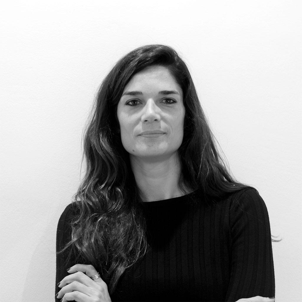 Retrato de Clara Serra en blanco y negro durante los Encuentros literarios Letraheridas en 2019.