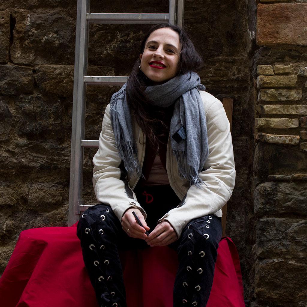 Retrato de Cristina Morales durante los Encuentros literarios Letraheridas en Katakrak 2020, en Pamplona. Foto de Carlota Vidán.