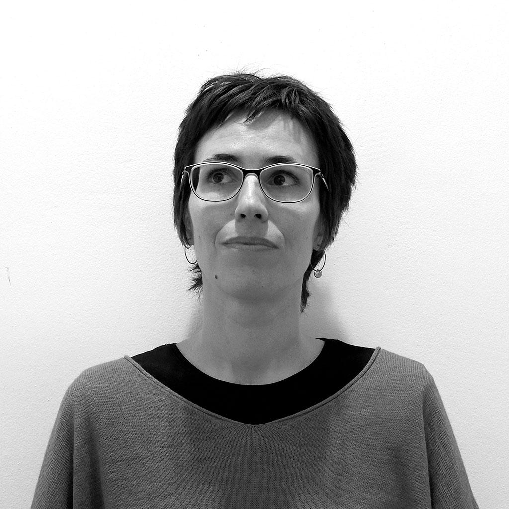 Retrato de Eva Baltasar en blanco y negro durante los encuentros literarios Letraheridas celebrados en Katakrak en 2019.