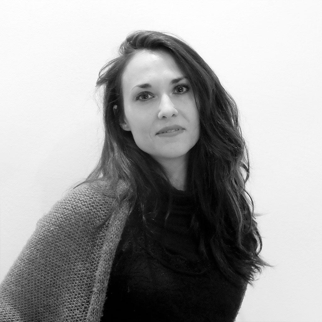 Retrato de Florencia del Campo en blanco y negro durante los encuentros literarios Letraheridas celebrados en Katakrak en 2019.
