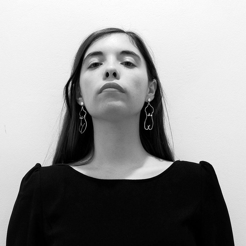 Retrato de Luna Miguel en blanco y negro durante los Encuentros literarios Letraheridas celebrados en Katakrak en 2019.