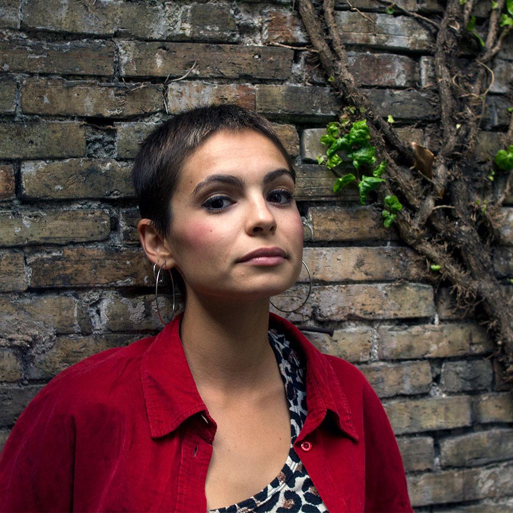 Retrato de Andrea Abreau durante los Encuentros literarios Letraheridas en Katakrak 2020, en Pamplona. Foto de Carlota Vidán.