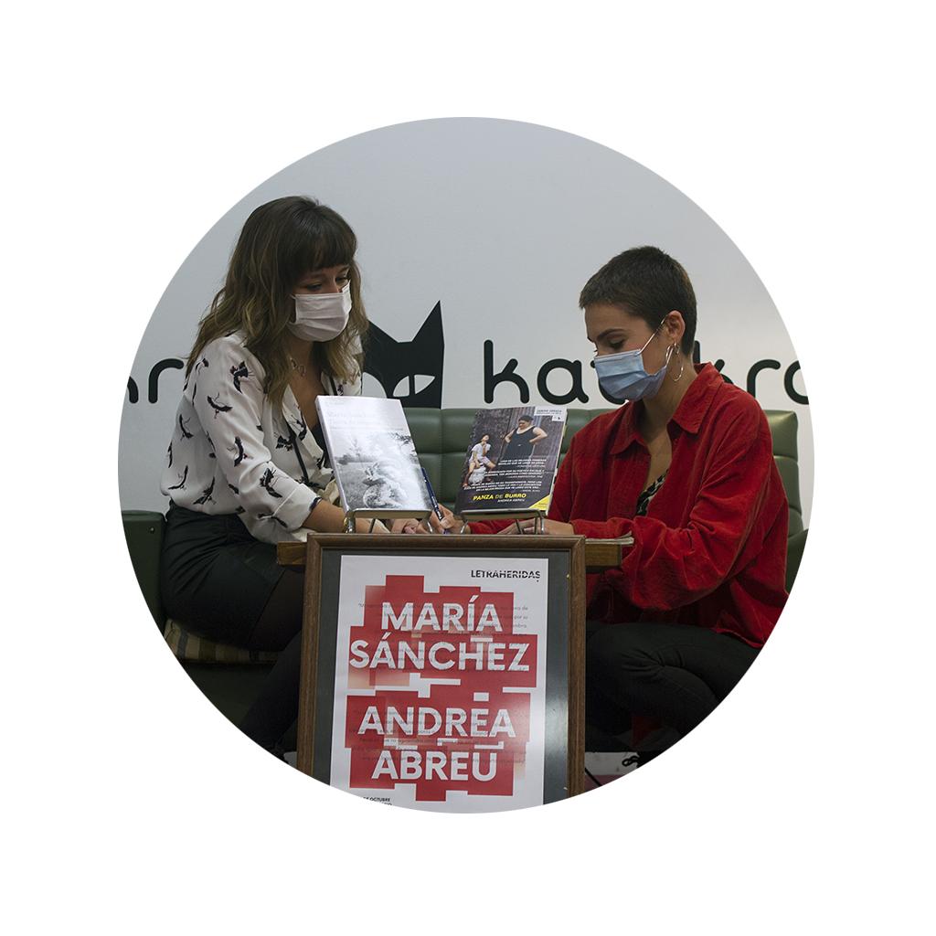 Andrea Abreu firmando un autógrafo en el encuentro celebrado con María Sánchez 2020.