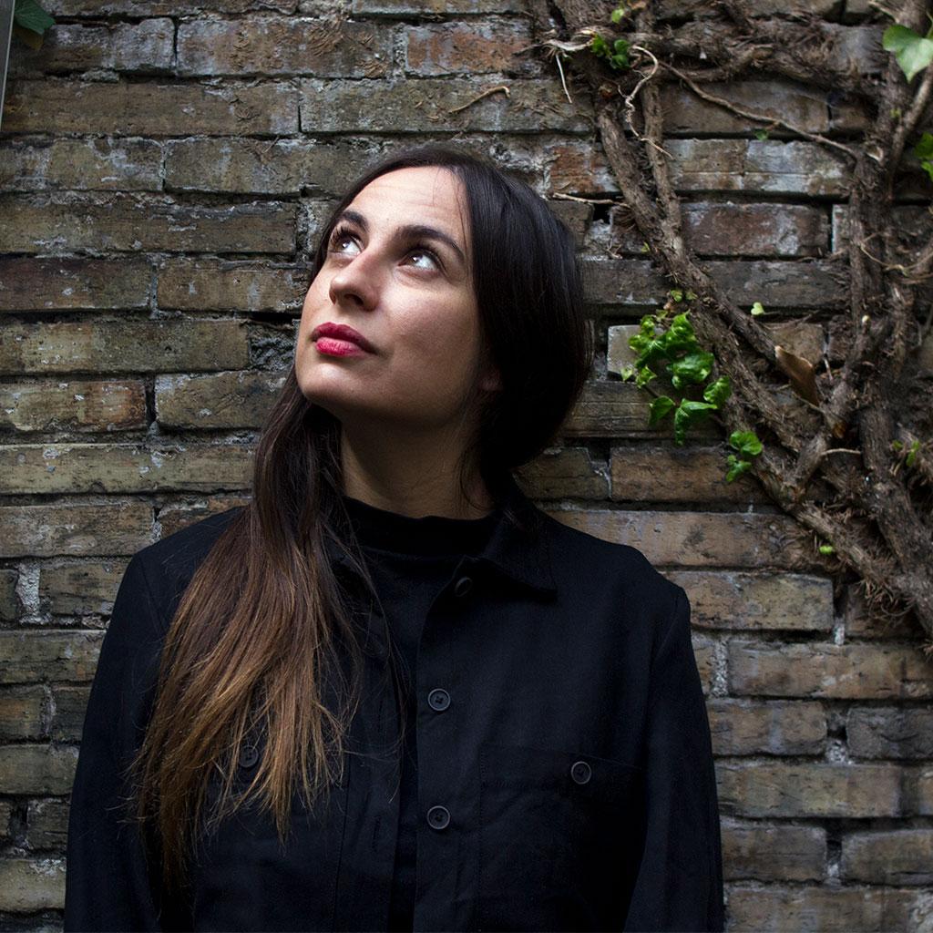 retrato de María Sánchez en el patio interior de Katakrak en los Encuentros literarios Letraheridas 2020 en Pamplona.