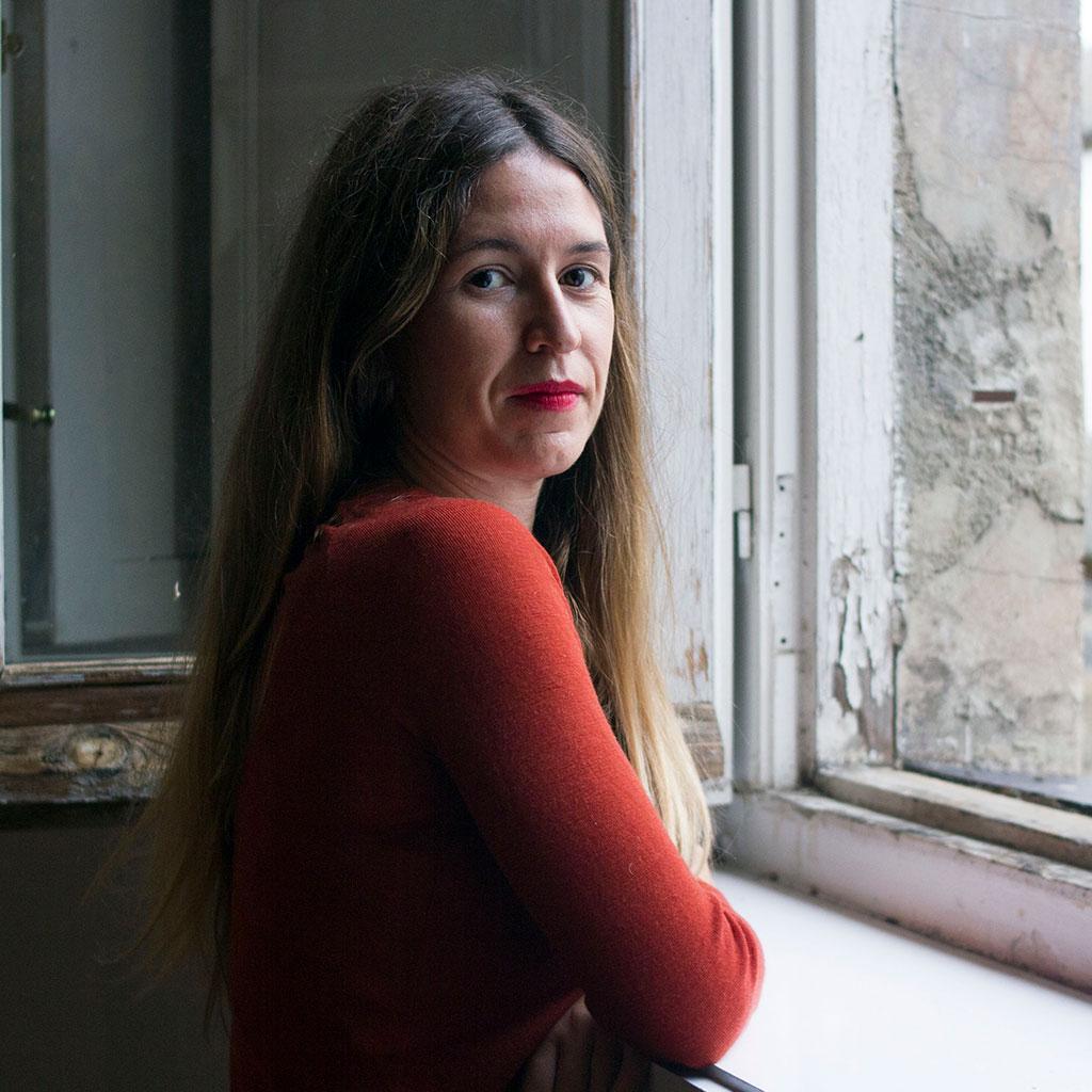 Retrato de Nuria Labari durante los Encuentros literarios Letraheridas 2020 en Katakrak. Foto de Carlota Vidán.