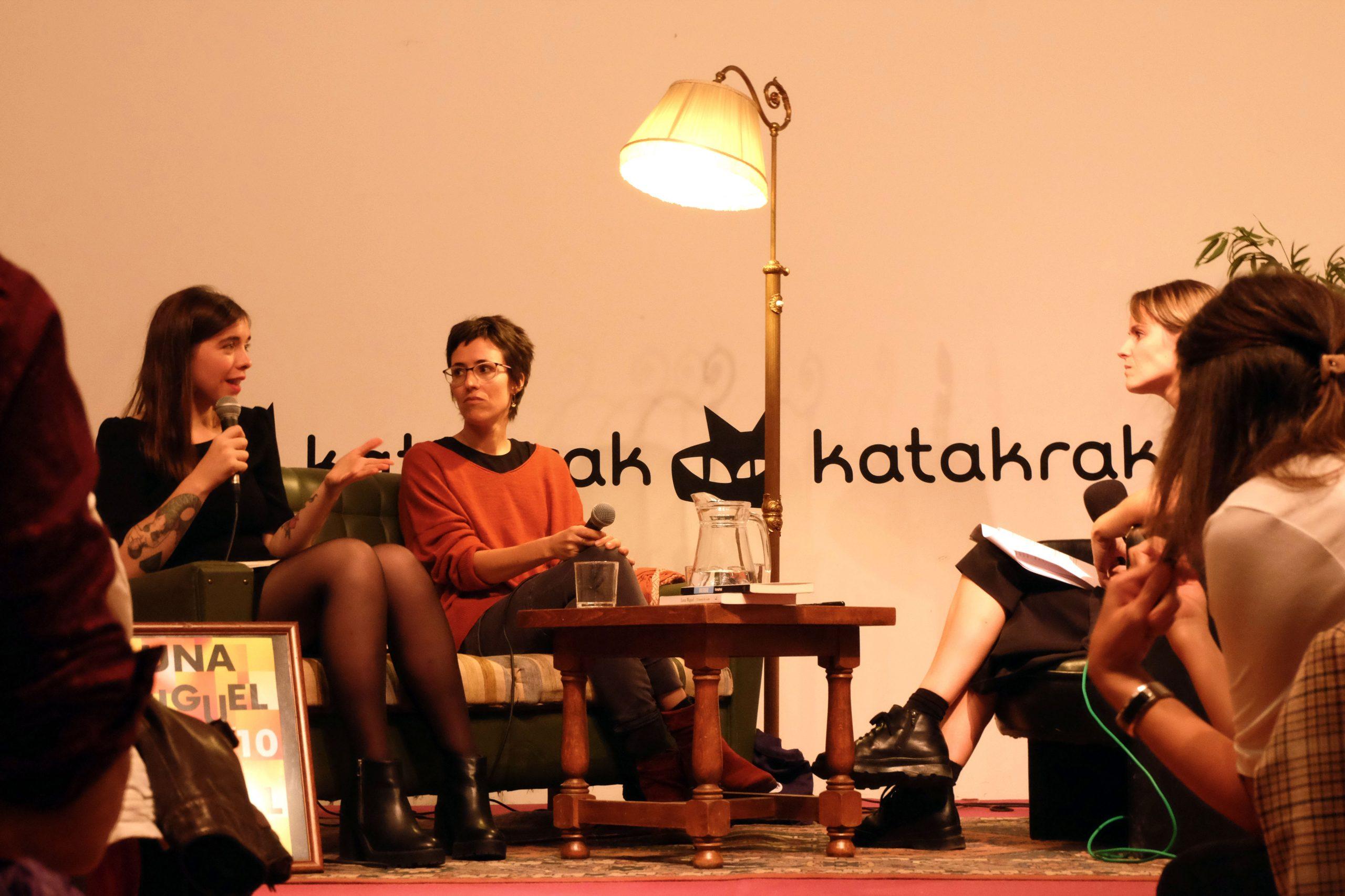 Luna Miguel hablando con el micrófono junto a Eva Baltasar durante el encuentro Letraheridas 2019 en Katakrak.