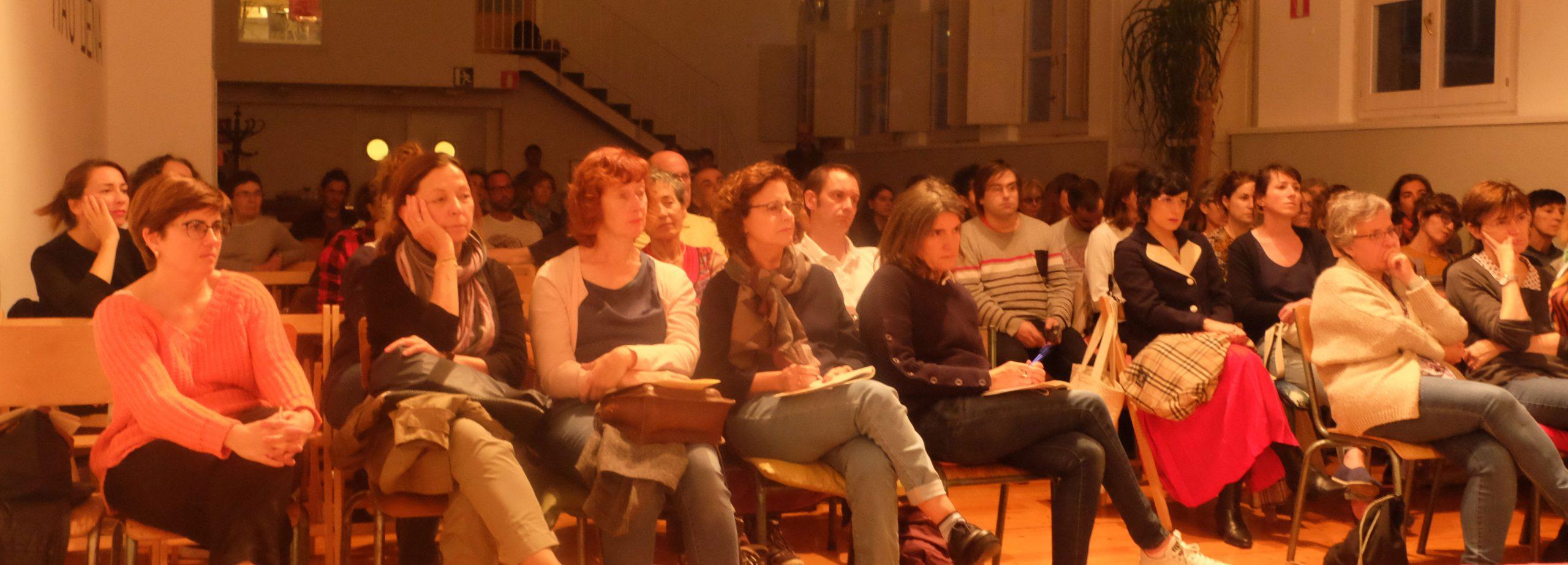 Primeras filas de Público atento en Katakrark durante la primer edición de letraheridas