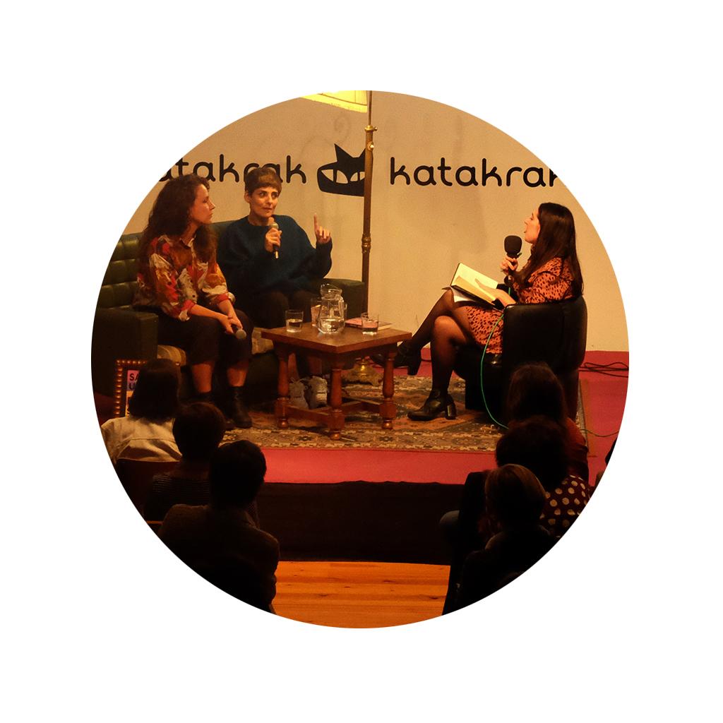 Rosario Villajos y Sabina Urraca conversando durante o encuentros en Katakark Letraheridas 2020 con la moderación de Leire Escalada.