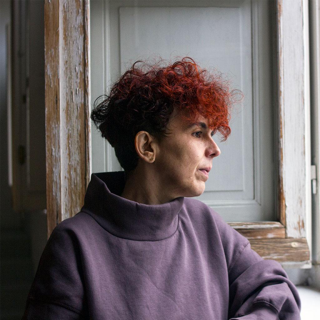 Retrato Silvia Nanclares cerca de una ventana en Letraheridas 2020.