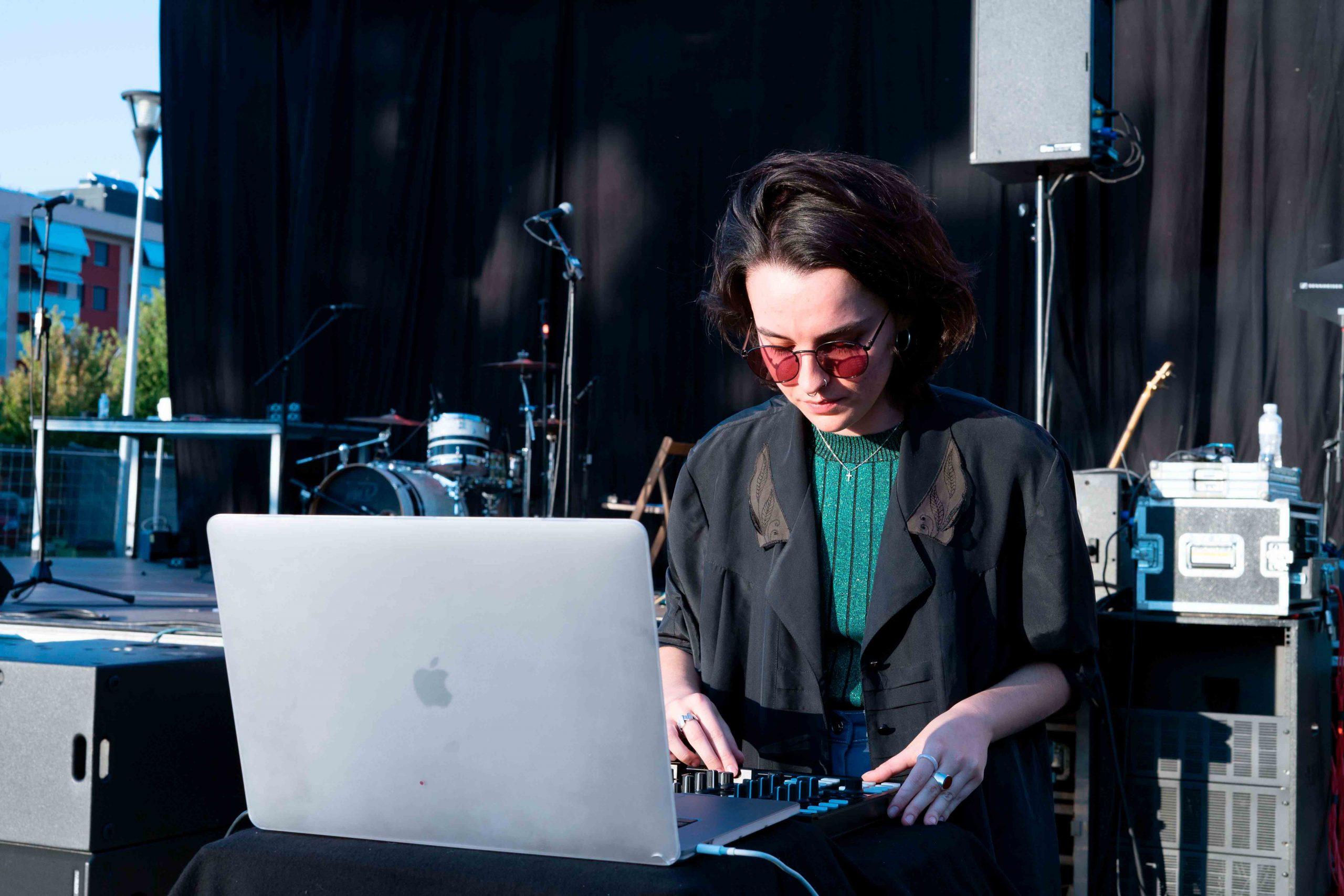 Raxku con el ordenador pinchando durante su sesión en el MAF 2021.