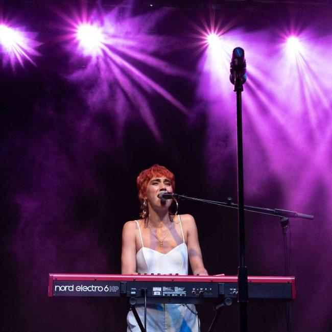 Ede tocando el piano en su actuación en el MAF 2021