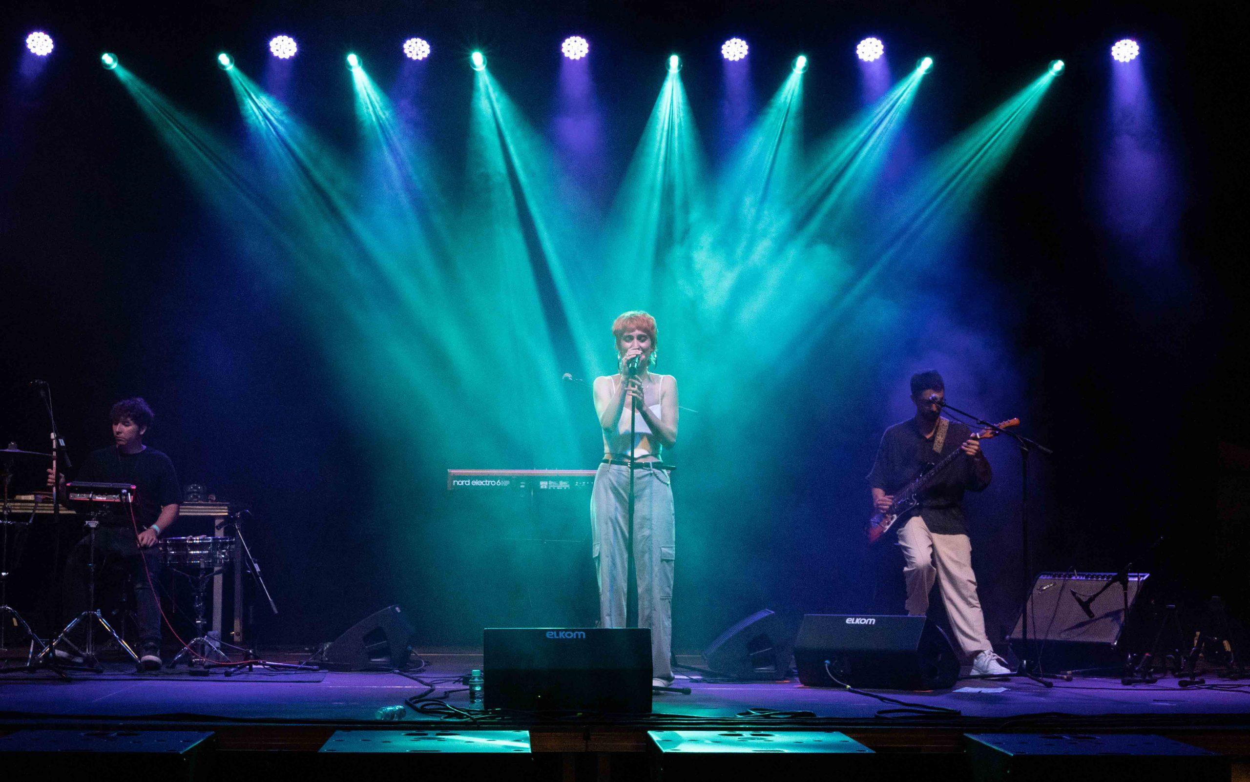 Ede cantando en su actuación durante el MAF 2021