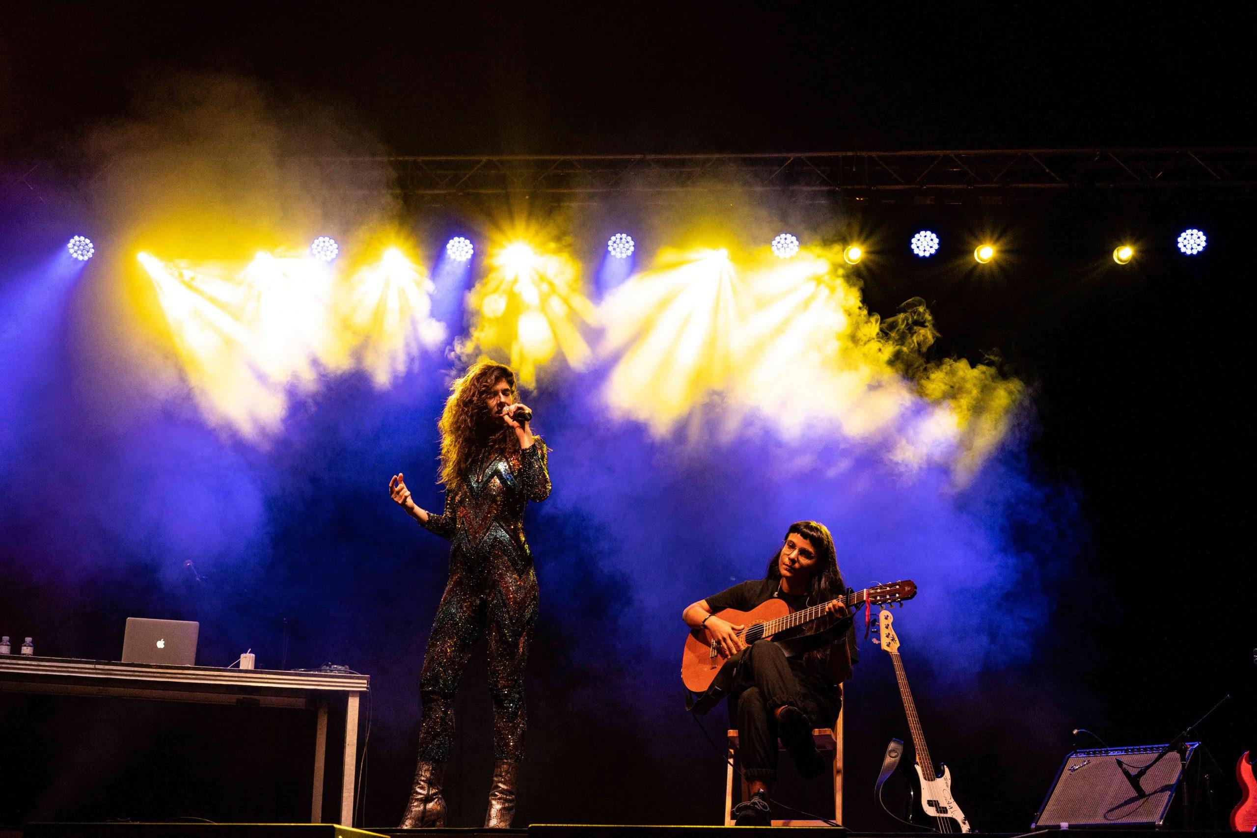 Julia de Castro cantando en el MAF 2021 junto con su guitarrista