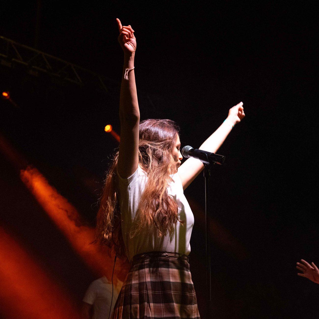Rigoberta Bandini con los brazos en alto, plano medio durante su actuación en el MAF 2021 en Pamplona.