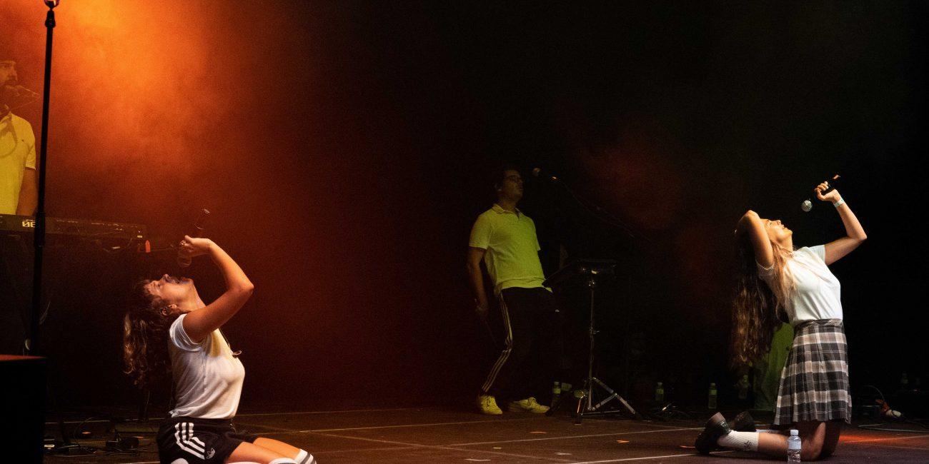 Rigoberta Bandini de rodillas cantando mirando hacia el cielo junto a su corista durante su actuación en el MAF 2021 en Pamplona.
